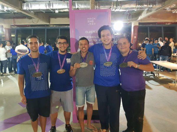Imagem dos alunos no Hacking.Rio com medalha